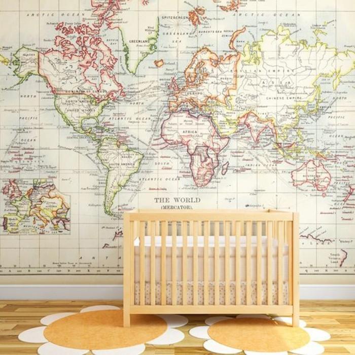 chambre-bebe-lit-a-barreaux-carte-planisphere-mur-entier