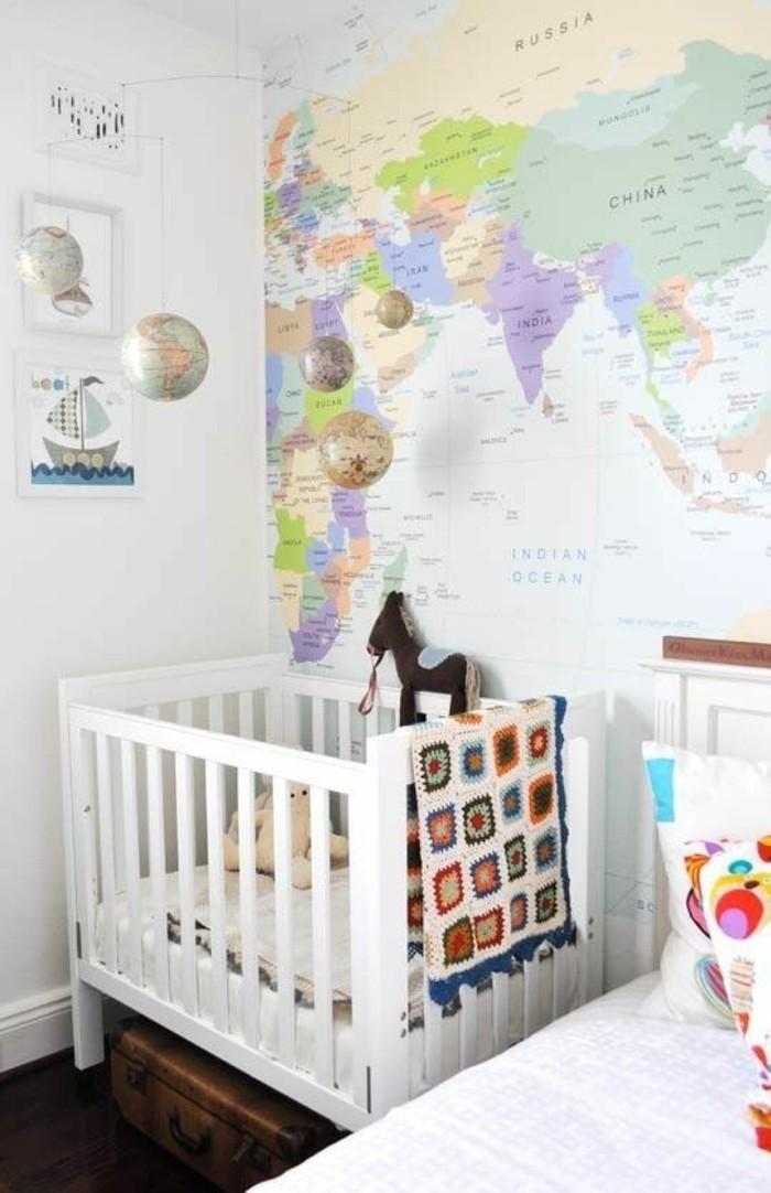 chambre-enfant-peinte-en-blanc-lit-a-barreaux-poster-carte-du-monde