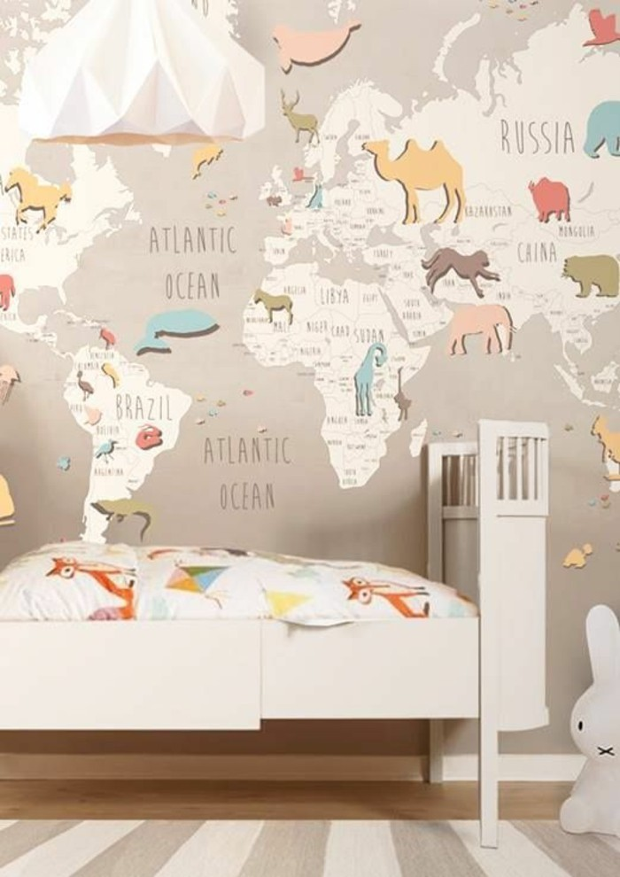 chambre-enfant-tapis-a-rayures-carte-du-monde-murale-animaux