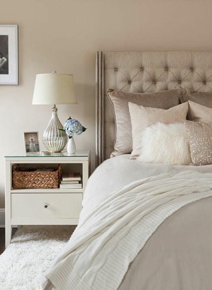 chambre-taupe-murs-clairs-coussins-varies-en-taupe-et-blanc-accessoires-de-bois
