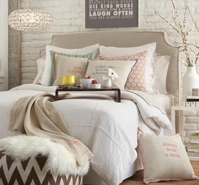chambre-taupe-parquet-de-bois-coussins-en-taupe-et-en-rose-tabouret-en-beige-et-blanc