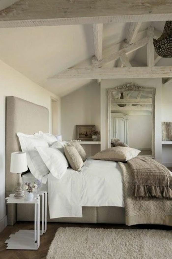 chambre-taupe-plafond-et-parquet-de-bois-table-de-lit-blanc-mirroir-ancien