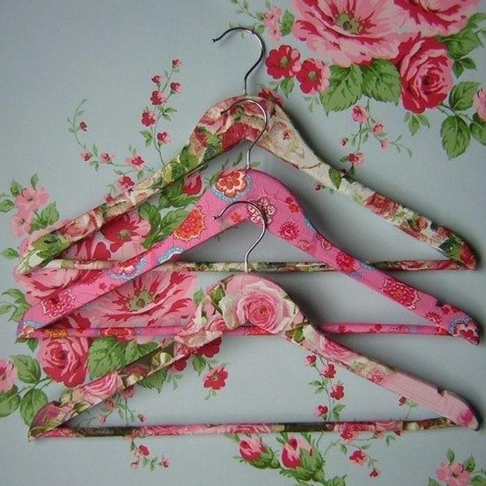 cintres-a-motifs-floraux-decores-avec-la-technique-du-collage-de-serviette