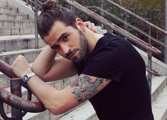 coiffure-cheveux-long-homme-faire-couette-man-bun-barbe-style
