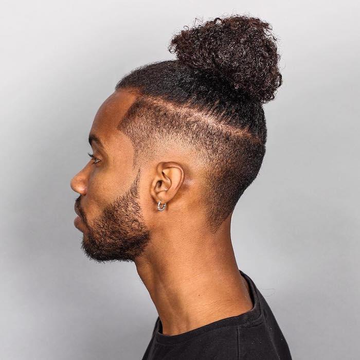 coiffure-homme-noir-coupe-cheveux-longs-chignon-samourai