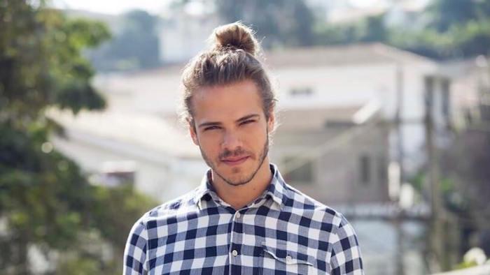 coiffure-pour-homme-cheveux-longs-blond-man-bun-couette-style
