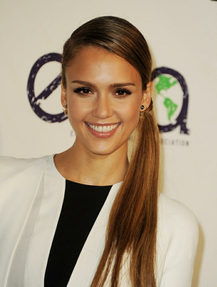 coiffure-simple-cheveux-longs-facile-jessica-alba