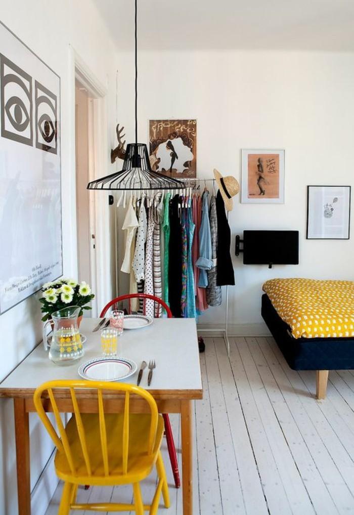 coin-repas-interieur-scandinave-chaise-peinture-couleur-moutarde
