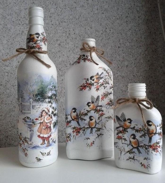 collage-de-serviette-realise-sur-des-bouteilles-en-verre-decoration-de-noel-a-fabriquer
