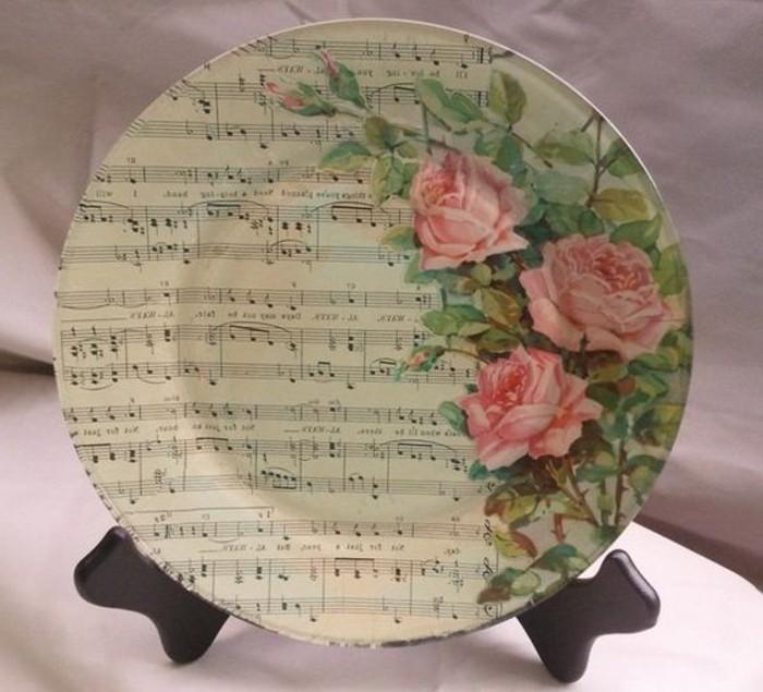 collage-de-serviette-sur-une-assiette-partition-de-musique-et-roses-motifs-garden-party
