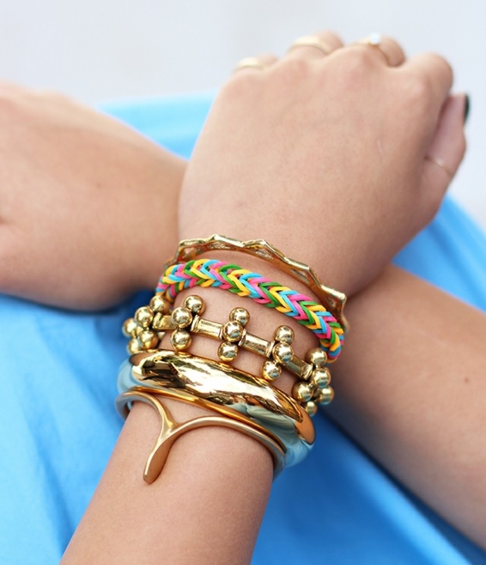 combiner-le-bracelet-en-elastique-avec-d-autres-bijoux-un-bracelet-joyeux-et-creatif