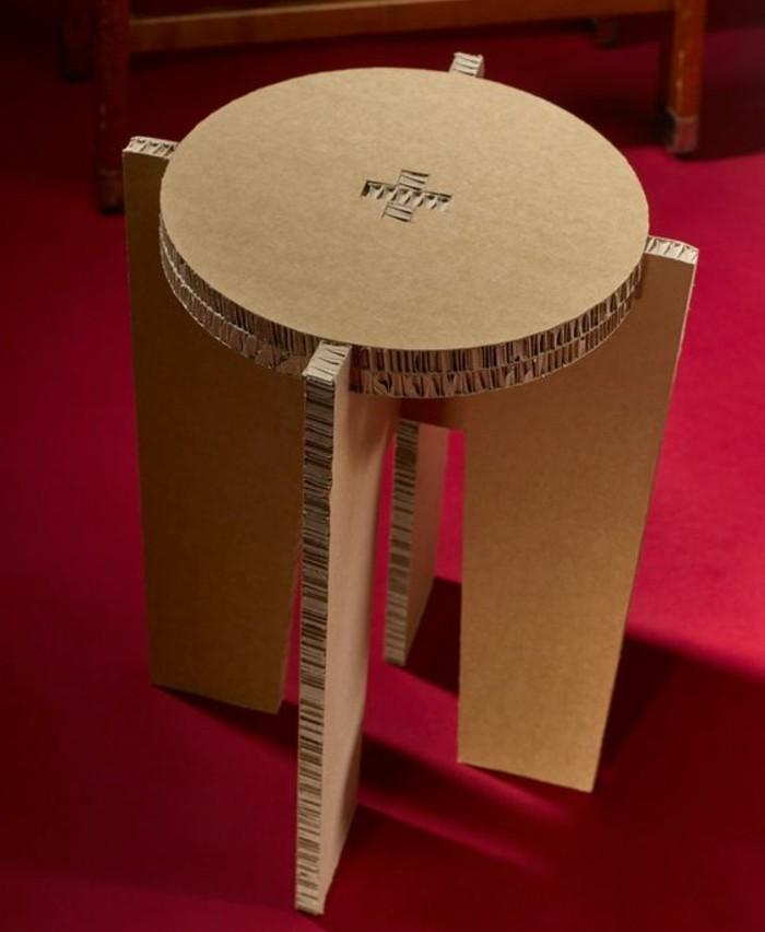 comment-fabriquer-un-meuble-en-carton-soi-meme-idee-diy-geniale-pour-un-rabouret-en-carton