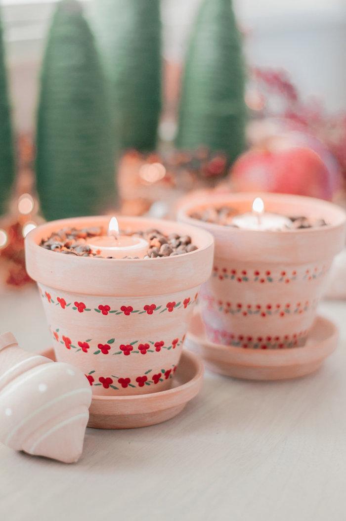 cadeau de noel fait maison en pot de terre cuite à l extérieur décoré de motif noel avec café et bougie à l intérieur