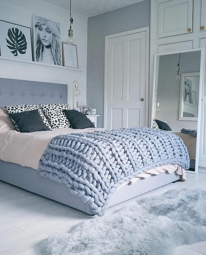 comment-peindre-une-piece-armoire-en-bois-et-porte-blancs-murs-en-gris-et-blanc-coussins-tigres-et-noirs-grand-mirroir