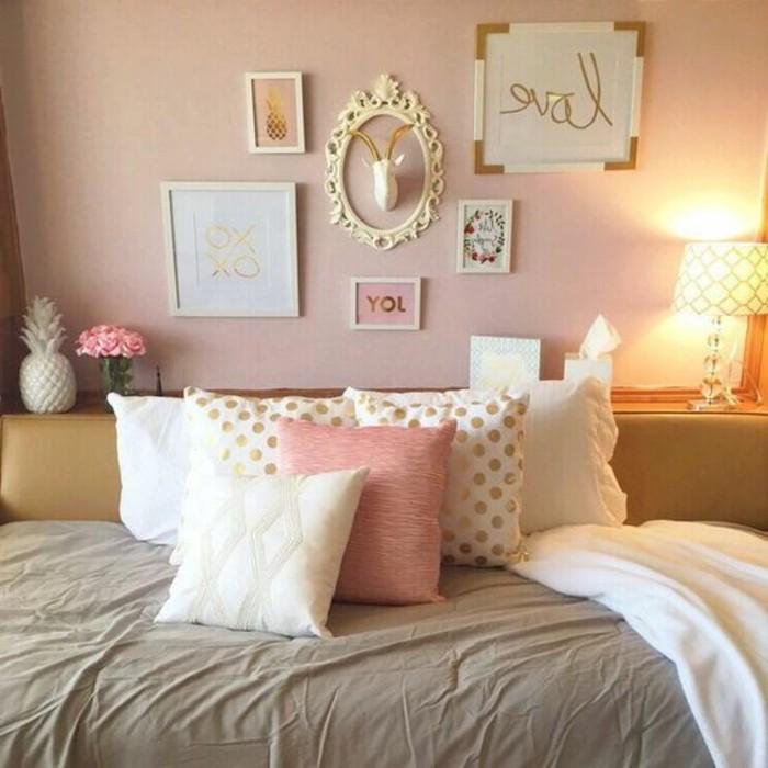 comment-peindre-une-piece-murs-en-rose-peintures-de-cadres-dores-coussins-en-blanc-or-et-rose