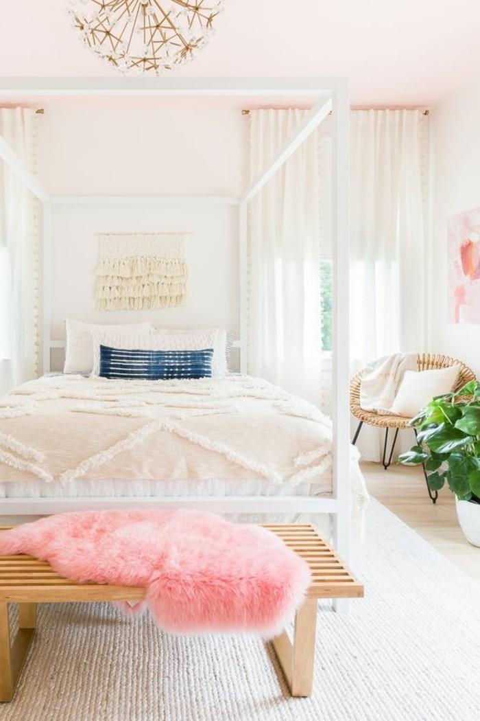 comment-peindre-une-piece-murs-et-plafond-blancs-parquet-de-bois-clair-des-elements-en-rose-fleur-verte-rideaux-doux