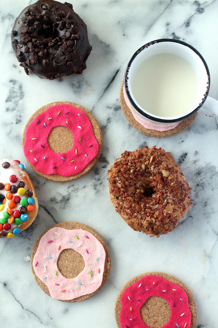 dessous de verre en liège customisé de feutrine colorée à motif donut, idée cadeau fait main original