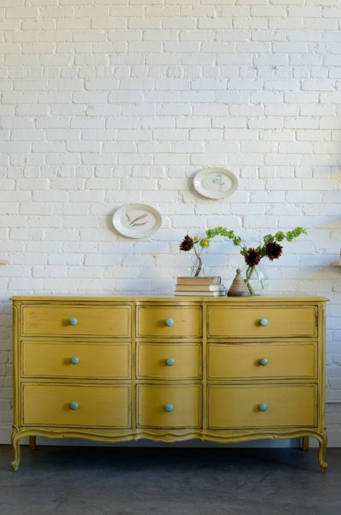 commode-peint-jaune-style-vintage-deco-jaune-moutarde-mur-blanc