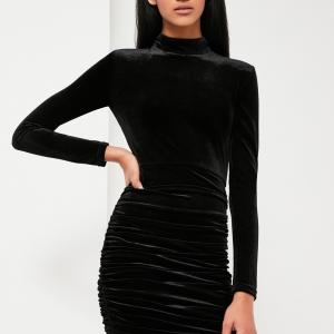 Chouette robe en velours noire, courte, avec manches