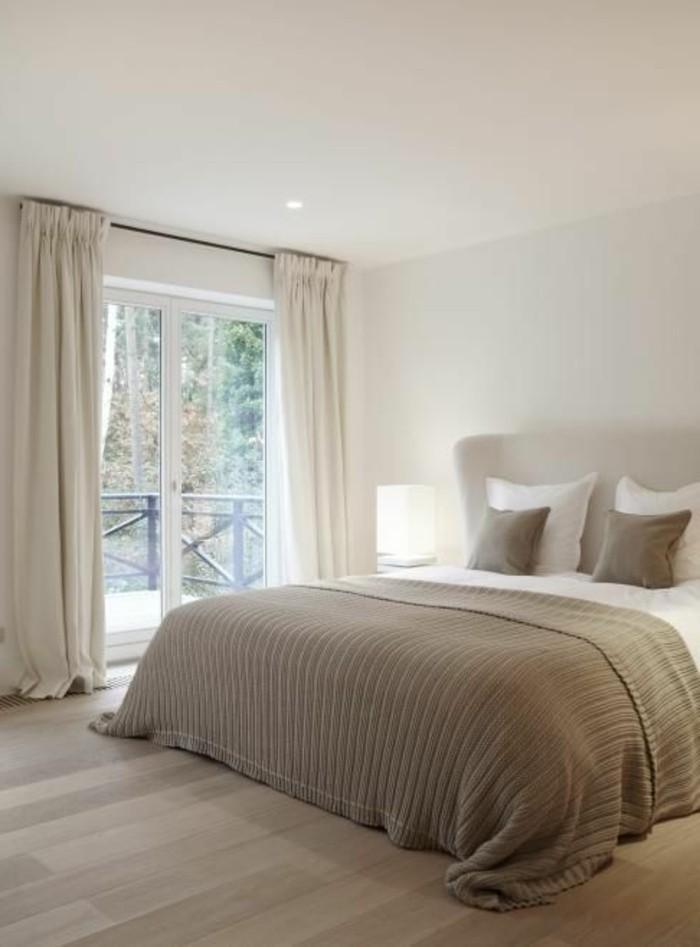 couleur-taupe-clair-couverture-et-coussins-en-taupe-et-blanc-parquet-de-bois-claire