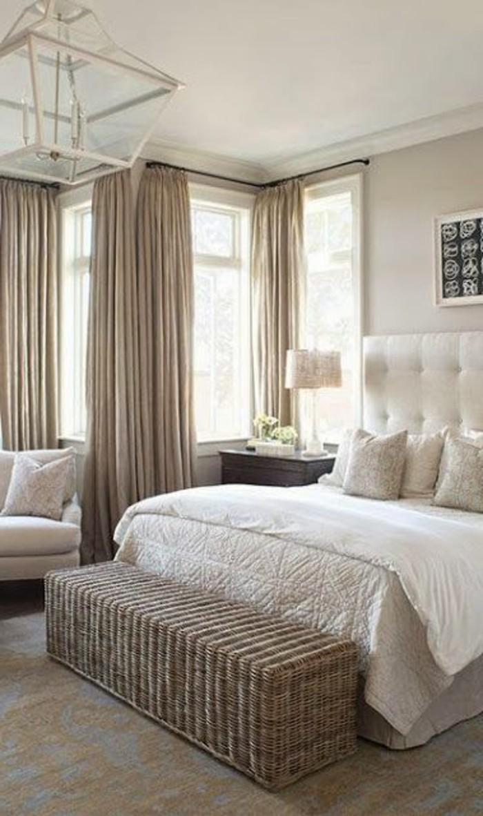 couleur-taupe-clair-lit-en-cuire-rideaux-et-murs-en-taupe-fauteuil-blanc