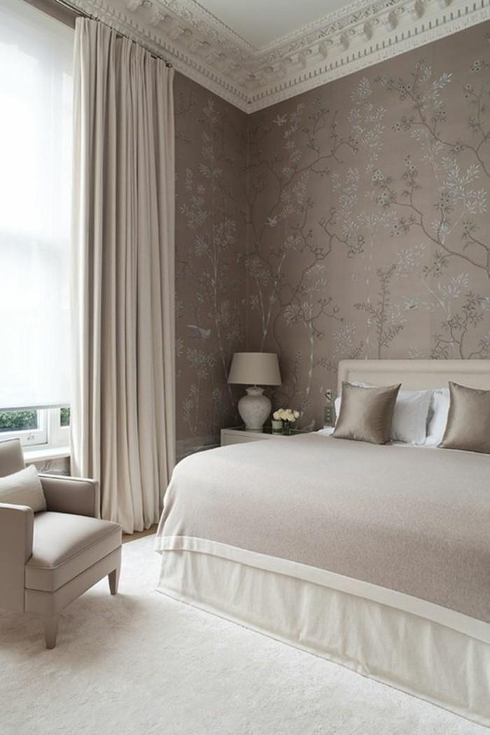 couleur-taupe-tapisserie-murale-tapis-blanc-lit-et-murs-en-taupe