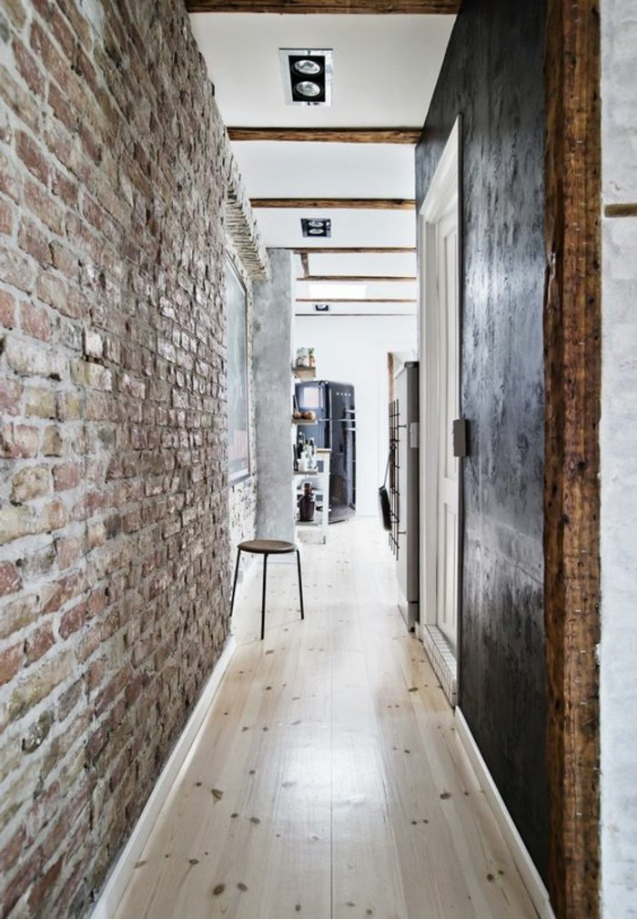 couloir-sol-en-parquet-chene-massif-clair-mur-en-briques-rouges-porte-bois-brut