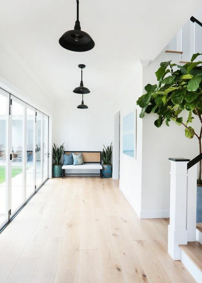 couloir-sol-en-parquet-clair-escalier-interieur-plante-verte-interieur