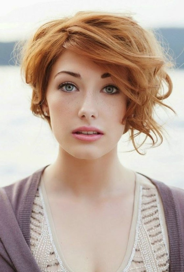 coupe-asymetrique-courte-cheveux-boucles-rouges