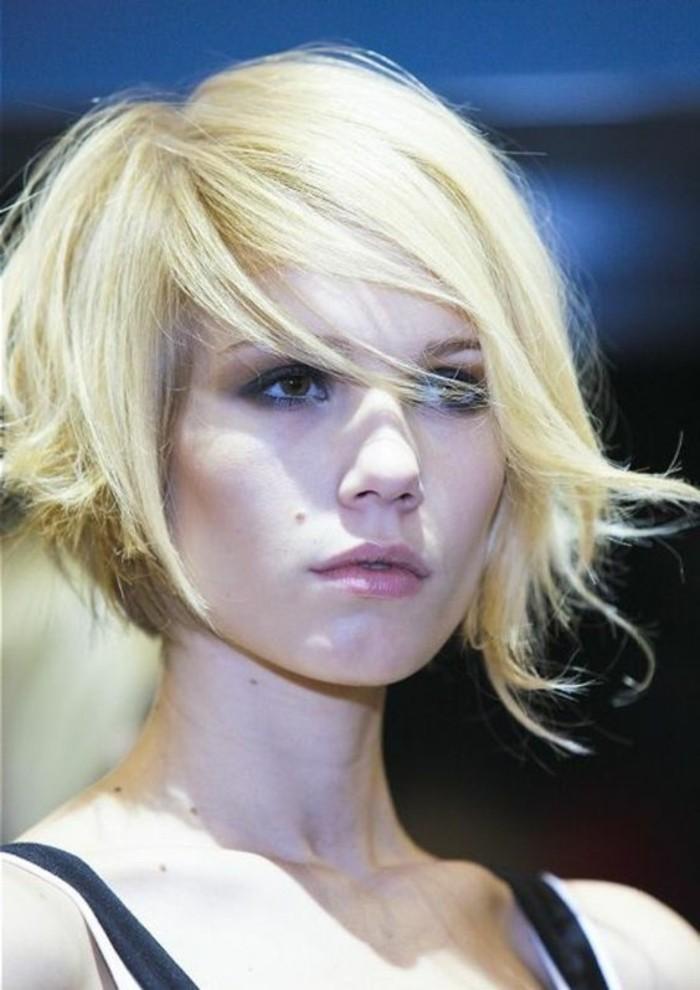 coupe-asymetrique-femme-carre-magnifique-sur-cheveux-blonds