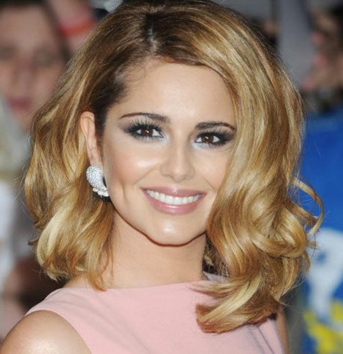 coupe-asymetrique-femme-coiffures-feminines-cheveux-boucles