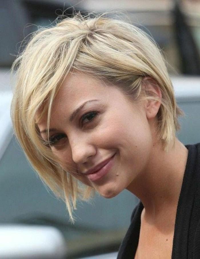 coupe-asymetrique-femme-frange-sur-le-cote-cheveux-blonds