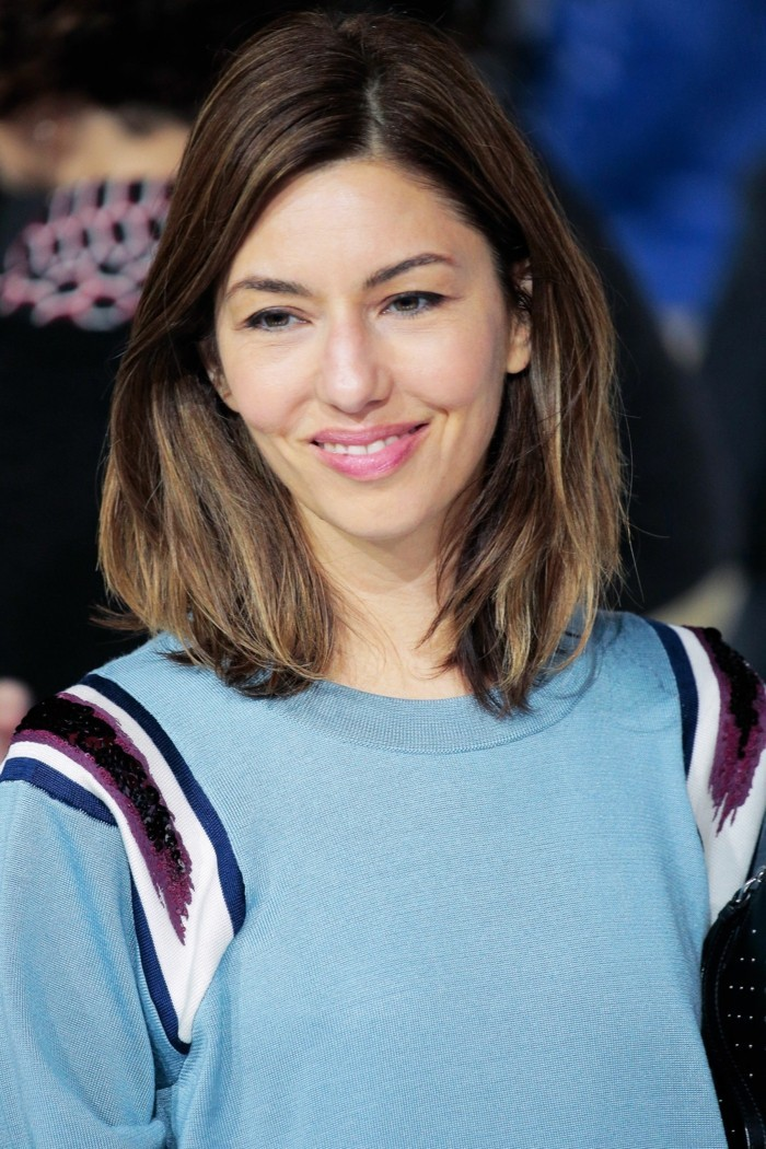 coupe-au-carre-degradee-beaute-feminine-mi-long-coiffure-bob