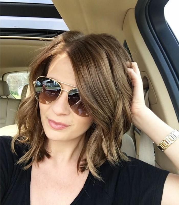 coupe-au-carre-degradee-beaute-feminine-voiture-selfie