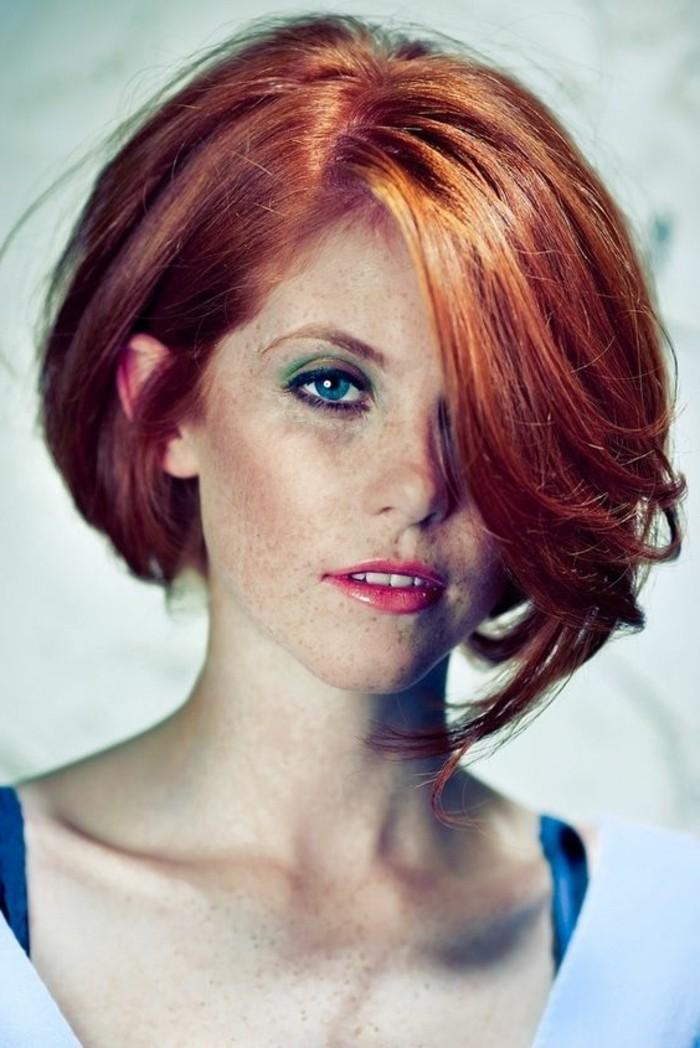 coupe-carre-asymetrique-cheveux-rouges-yeux-bleus-femme-romantique