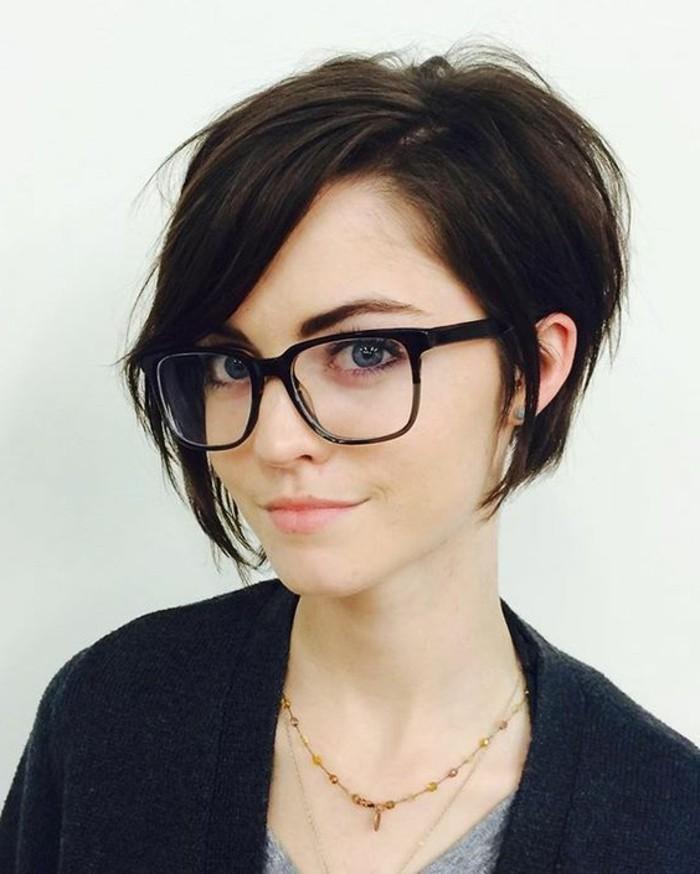 coupe-carre-asymetrique-coupe-courte-femme-lunettes-trendy