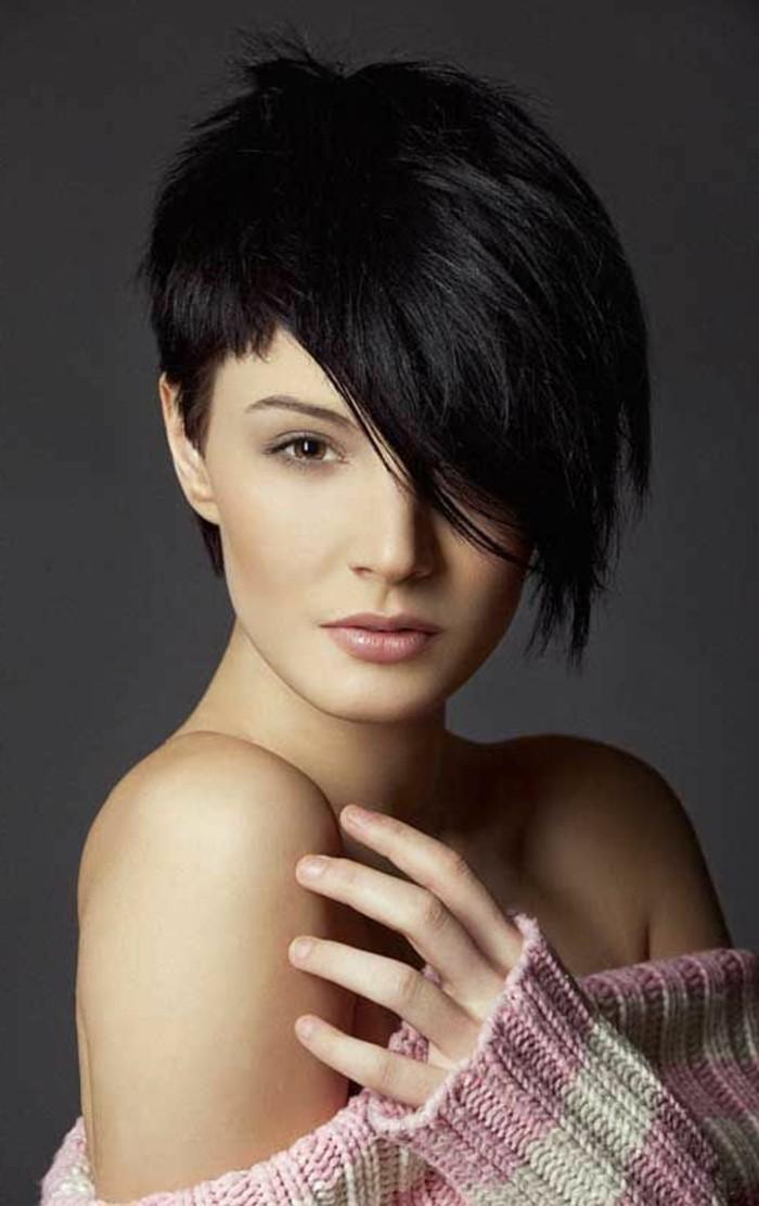 coupe-cheveux-asymetrique-frange-longue-sur-le-cote