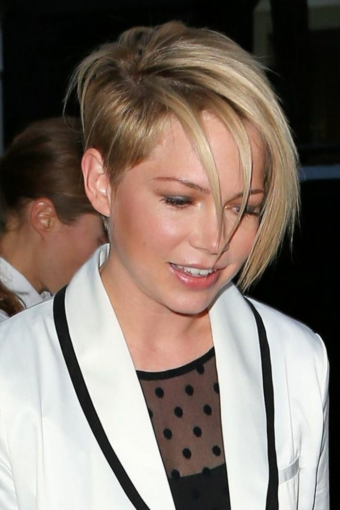 coupe-cheveux-asymetrique-half-hawk-sur-cheveux-courts