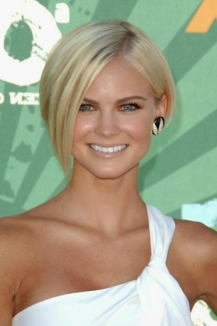 coupe cheveux courte, coiffure asymétrique, cheveux blonds