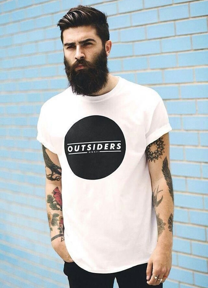 coupe-look-hipster-coiffure-pompadour-banane-court-sur-les-cotes-long-dessus-banane-tandance-tattoos-barbe