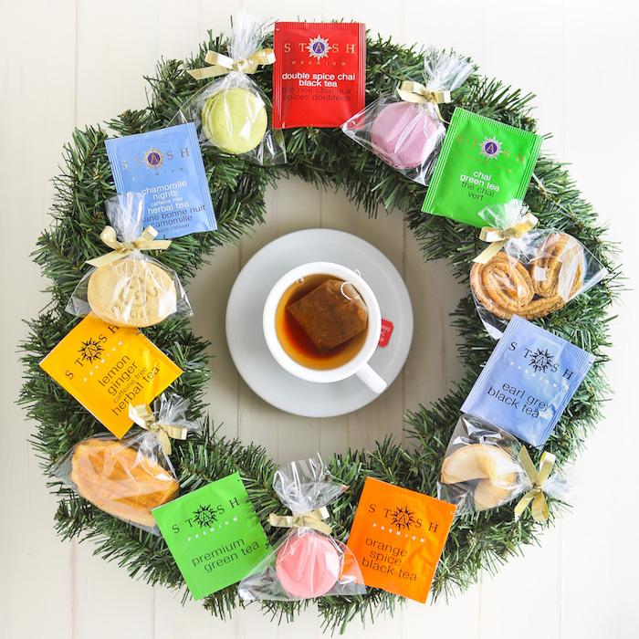 couronne de noel en sapin artificiel avec des sachets de thé et des paquets de biscuits, exemple cadeau noel a fabriquer