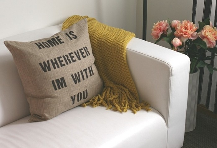 coussin-a-jolie-message-idee-cadeau-fete-de-saint-valentin-suggestion-charmante