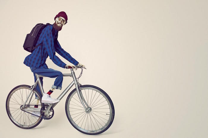 cqricature-hipster-en-squlette-velo-fixie-converse-all-stars-bonnet-carhartt-chemise-carreaux-sac-a-dos-eastpack-lunettes-rayban-soin-barbe-homme