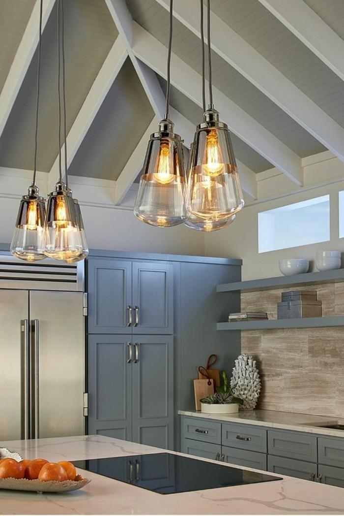 cuisine-equipee-avec-ilot-central-cuisine-grise-lampes-suspendues