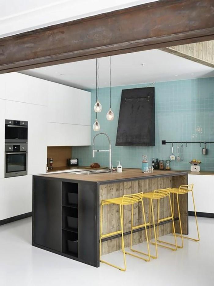 cuisine-equipee-avec-ilot-central-cuisine-originale-mur-bleu