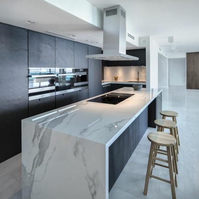 cuisine-equipee-avec-ilot-central-plan-de-travail-marbre-tabourets-en-bois