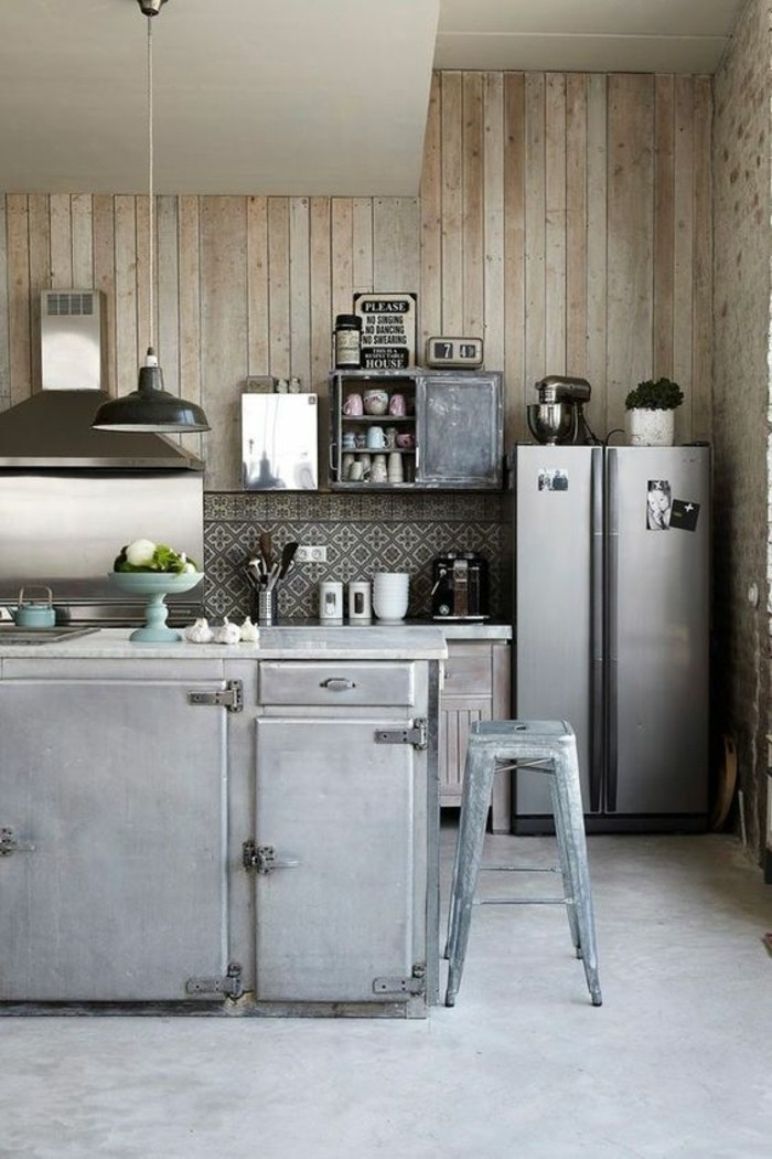 cuisine-equipee-avec-ilot-central-style-industriel-tabouret-tolix