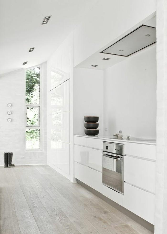 cuisine-blanche-sol-en-parquet-clair-meubles-de-cusine-blanches-parquet-massif-chene