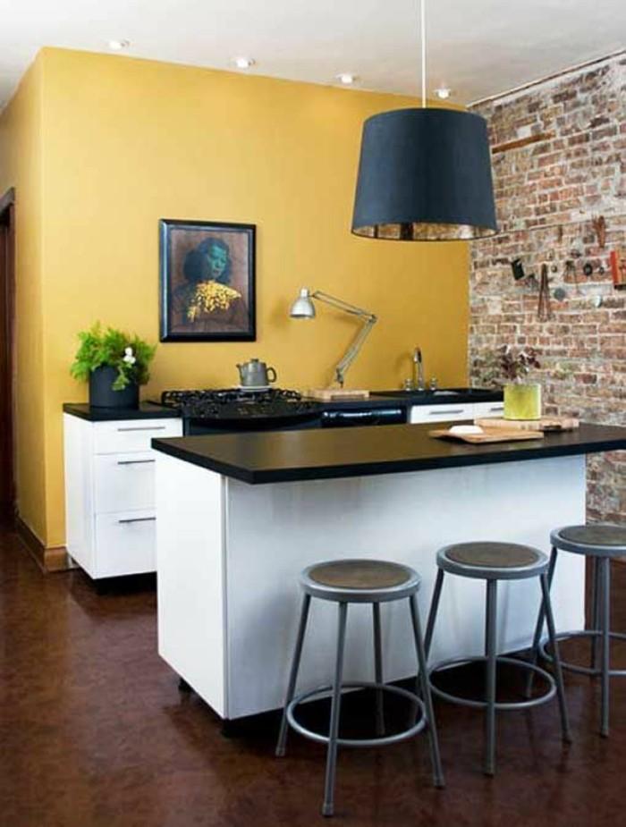 cuisine-integree-peinture-jaune-moutarde-parquet-fonce