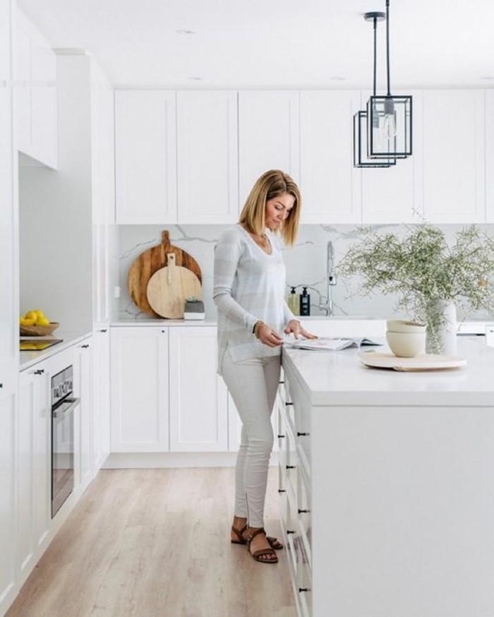 cuisine-meubles-blancs-sol-en-parquet-clair-parquet-massif-chene-meubles-cuisines-chic